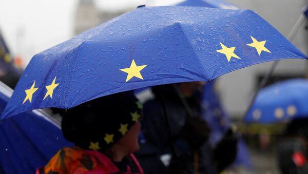 Paraguas con la bandera de la UE - Sputnik Mundo