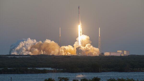 Un lanzamiento del cohete portador Falcon 9 con el carguero espacial Dragon (archivo) - Sputnik Mundo