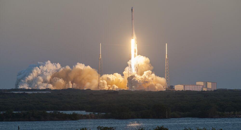 Un lanzamiento del cohete portador Falcon 9 con el carguero espacial Dragon (archivo)