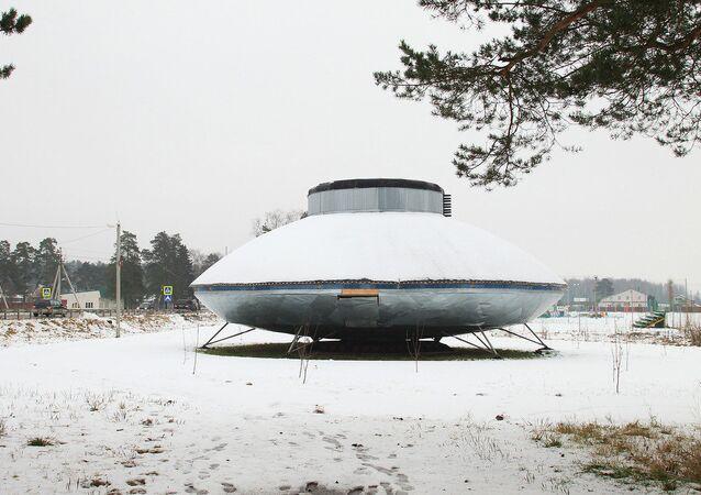 El platillo volante de Protasovo, un monumento para homenajear a los supuestos alienígenas que visitaron la localidad en la década de los 90