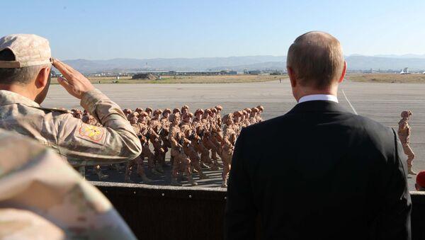 El presidente de Rusia, Vladímir Putin (derecha) en la base aérea Hmeymim, Siria - Sputnik Mundo