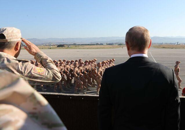 El presidente de Rusia, Vladímir Putin (derecha) en la base aérea Hmeymim, Siria