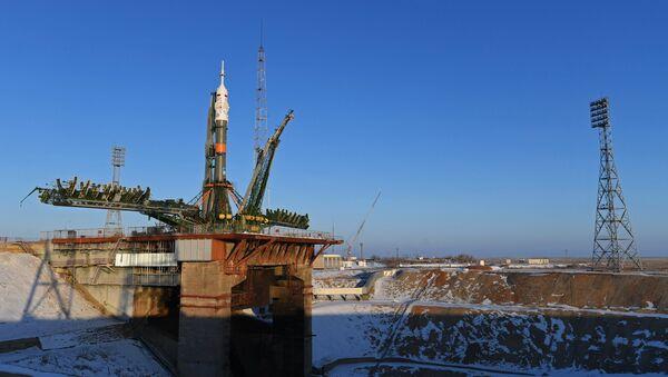 El cohete portador Soyuz-FG con la nave espacial Soyuz MS-07 en la rampa de lanzamientos del cosmódromo Baikonur - Sputnik Mundo