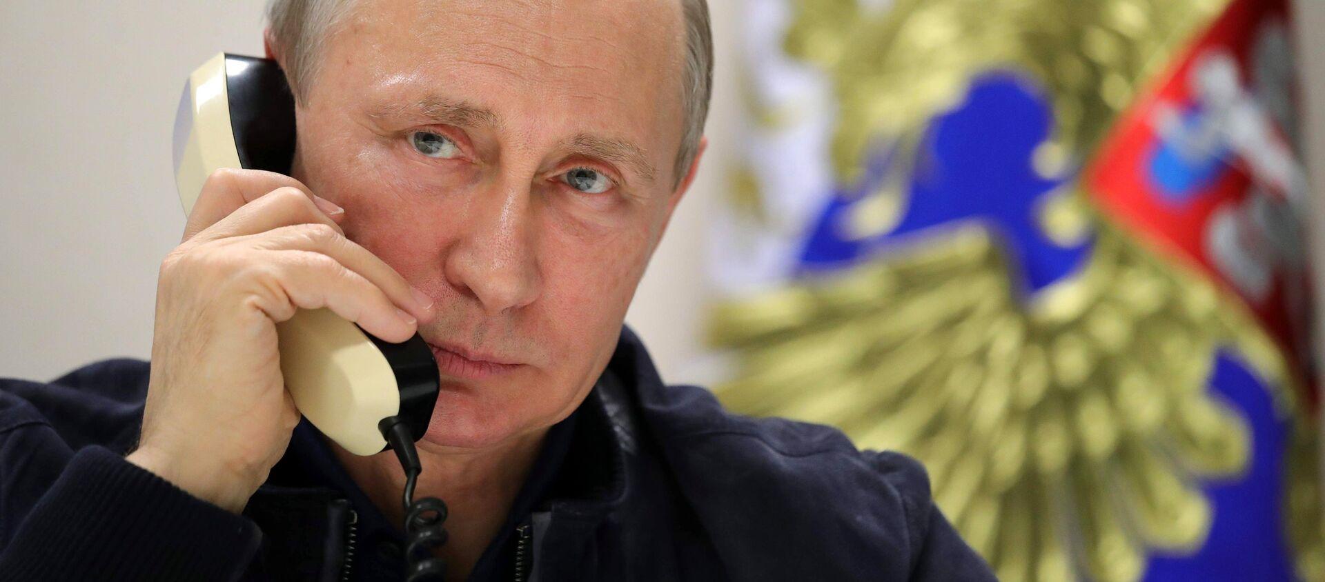 Vladímir Putin, presidente de Rusia, habla por teléfono (archivo) - Sputnik Mundo, 1920, 27.09.2019
