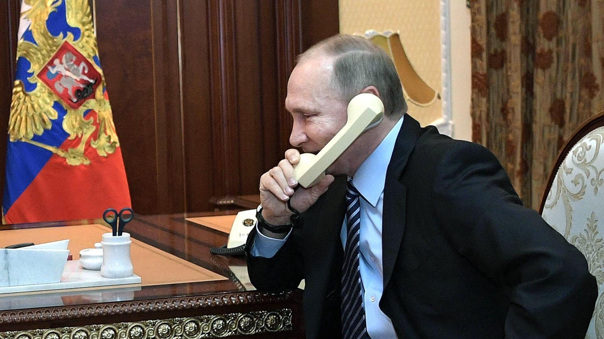 Vladímir Putin, presidente de Rusia, habla por teléfono (archivo) - Sputnik Mundo, 1920, 30.03.2021