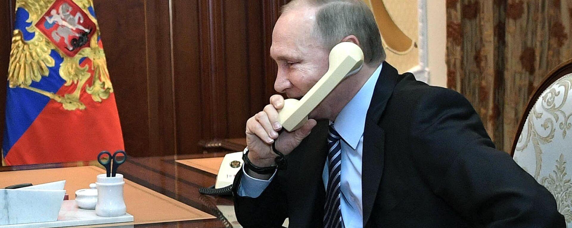 Vladímir Putin, presidente de Rusia, habla por teléfono (archivo) - Sputnik Mundo, 1920, 02.02.2021