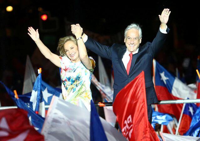 El presidente electo de Chile, Sebastián Piñera, junto a su mujer Cecilia Morel, celebrando la victoria en las elecciones presidenciales
