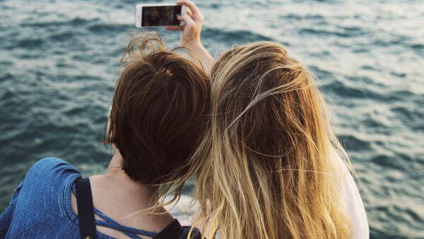 Chicas sacan selfi (imagen referencial) - Sputnik Mundo