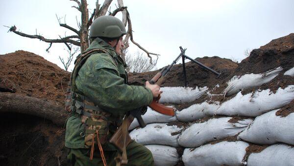 Un miliciano de Donbás en la línea de separación - Sputnik Mundo