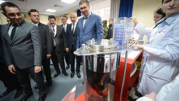 El viceprimer ministro de Rusia, Dmitri Rogozin presenta a al presidente de Serbia, Aleksandar Vucic, novísimas tecnologías rusas - Sputnik Mundo