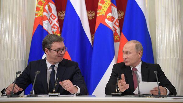 Presidente de Serbia, Aleksandar Vucic, con su homólogo ruso, Vladímir Putin - Sputnik Mundo