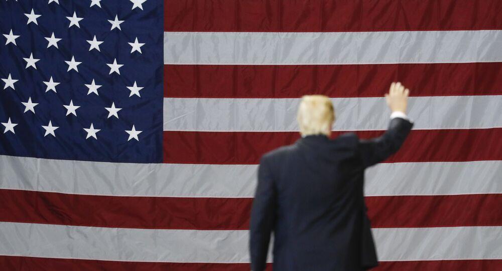 Donald Trump, presidente de EEUU, con la bandera del país al fondo
