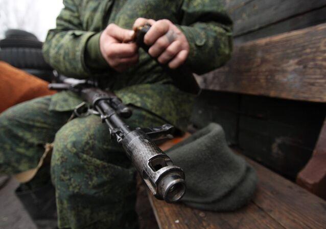 Un miliciano de Donbás en la línea de separación (imagen referencial)
