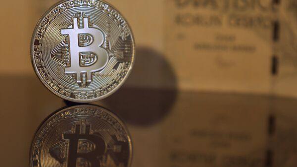 Bitcoin, criptomoneda (imagen referencial) - Sputnik Mundo