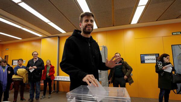 El jugador del FC Barcelona Gerard Piqué durante las elecciones al Parlamento de Cataluña - Sputnik Mundo