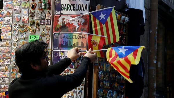 Un hombre con las banderas de Cataluña - Sputnik Mundo