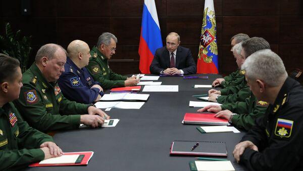 El presidente de Rusia, Vladímir Putin, en una reunión del Ministerio de Defensa - Sputnik Mundo