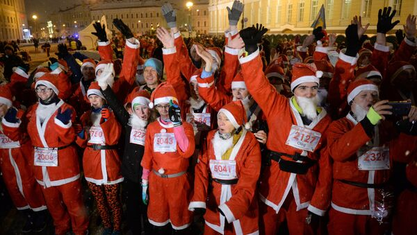 La tradicional carrera de Papá Noel en San Petersburgo - Sputnik Mundo