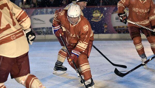 Vladímir Putin juega al hockey en plena Plaza Roja - Sputnik Mundo
