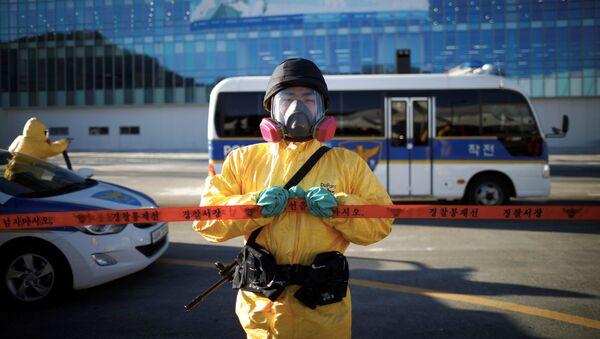 Un policía surcoreano participa en un simulacro de seguridad para los Juegos Olímpicos de Invierno de Pyeongchang 2018 - Sputnik Mundo