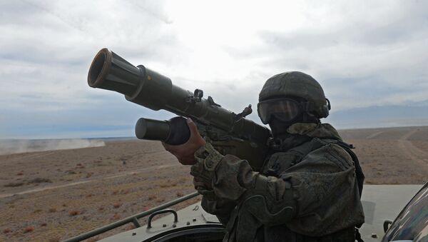 Soldado con un sistema de defensa aérea portátil (imagen referencial) - Sputnik Mundo