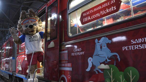Zabivaka, la mascota del Mundial de Rusia, en el metro de Moscú - Sputnik Mundo