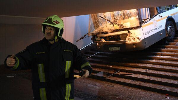 Varios muertos tras el choque de un autobús contra un paso subterráneo en Moscú - Sputnik Mundo