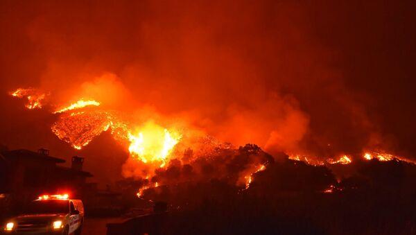 El llamado Thomas Fire, el incendio más grande en la historia del estado de California (suroeste) - Sputnik Mundo