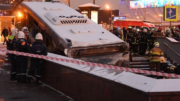 El autobús choque con la multitud - Sputnik Mundo