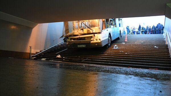 El choque de un autobús contra un paso subterráneo en Moscú - Sputnik Mundo