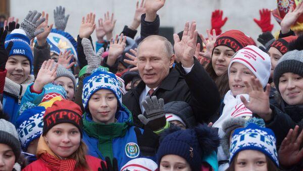 El presidente ruso Vladímir Putin con niños en la Plaza Sobornaya del Kremlin - Sputnik Mundo