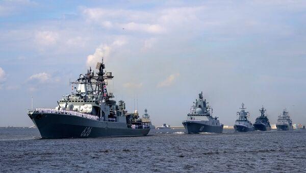 Buque antisubmarino Vicealmirante Kulakov (primero izda.) y la fragata Almirante Gorshkov (segundo izda.) (archivo) - Sputnik Mundo