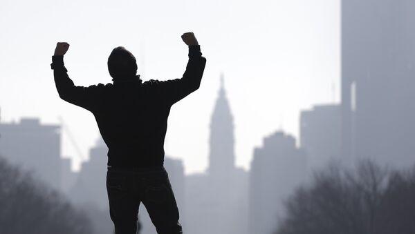 Un turista imita al personaje Rocky Balboa de la película Rocky del año 1976, protagonizada por Sylvester Stallone - Sputnik Mundo