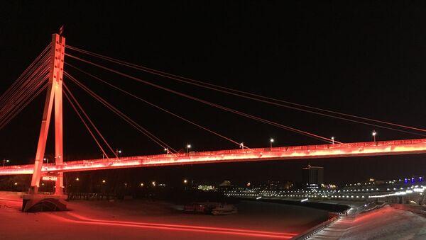 El Puente de los Amantes en el malecón de Tiumén, en invierno - Sputnik Mundo