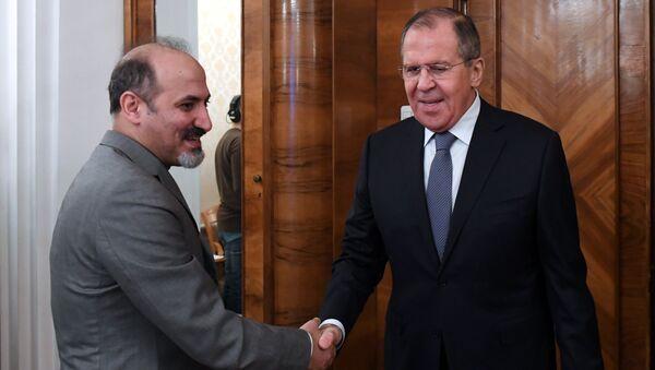 El líder del bloque opositor sirio Ghad al Suri (El Mañana de Siria), Ahmad Yarba, y el canciller ruso, Serguéi Lavrov - Sputnik Mundo