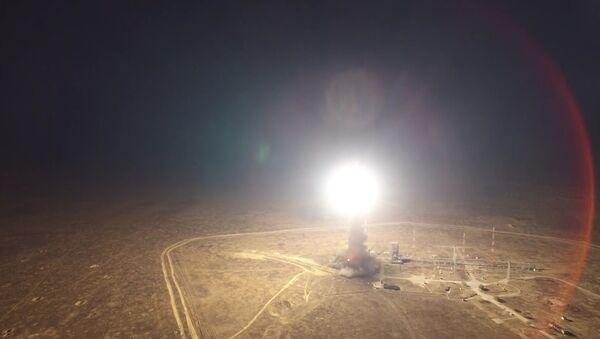 Lanzamiento del misil balístico intercontinental Topol - Sputnik Mundo