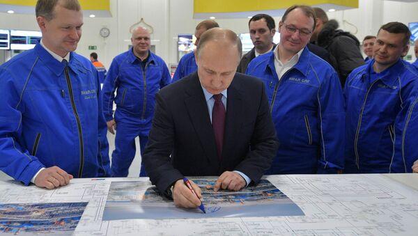 Vladímir Putin visita la planta Yamal SPG - Sputnik Mundo