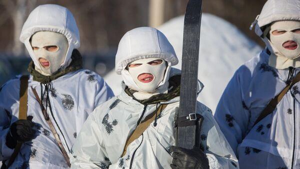 Soldados rusos en camuflaje invernal (imagen referencial) - Sputnik Mundo
