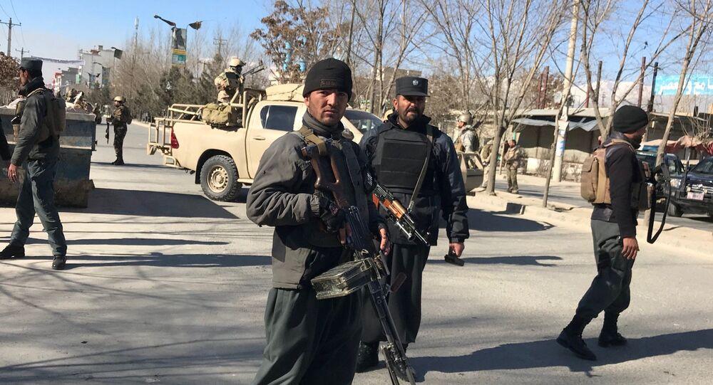 Policía afgano en el lugar del atentado en Kabul