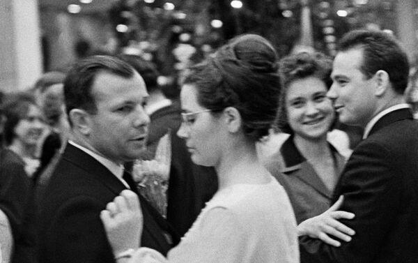 Yuri Gagarin y su esposa Valentina Gagárina en el tradicional baile de Año Nuevo del Kremlin, en 1965 - Sputnik Mundo