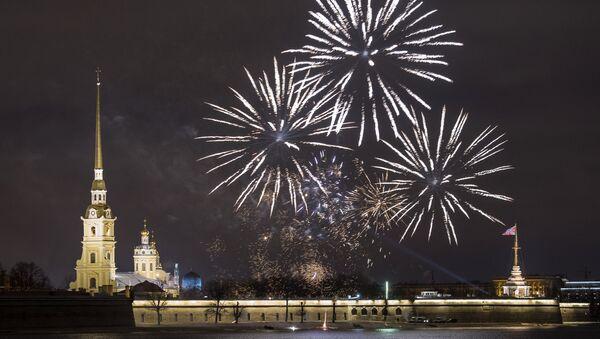 Fuegos arteficiales en San Petersburgo durante la celebración del Año Nuevo - Sputnik Mundo