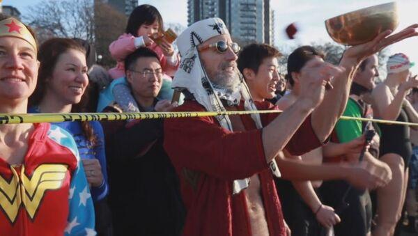 El 'Nado del oso polar' en Vancouver - Sputnik Mundo
