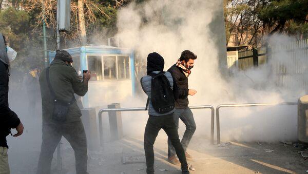 Estudiantes participan de las protestas en Irán - Sputnik Mundo