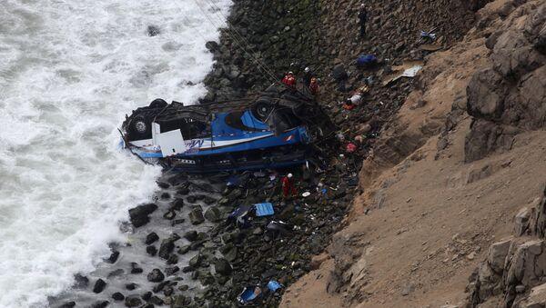 Caída de un autobús al abismo en Perú - Sputnik Mundo