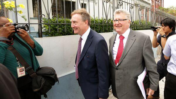 James Lewis (izquierda), abogado y ex soldado británico, nuevo jefe del poder judicial en las islas Malvinas (archivo) - Sputnik Mundo