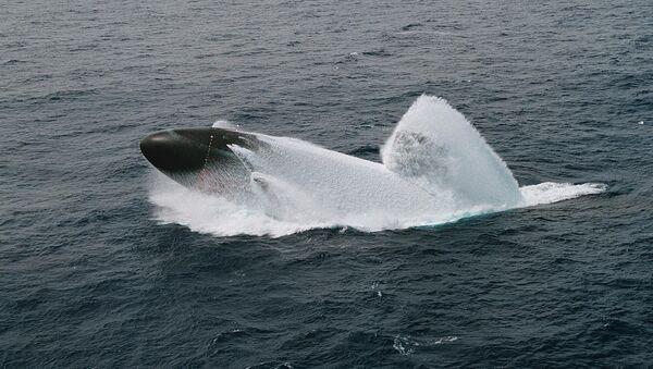 El submarino USS Columbus realiza una emersión de emergencia en las costas de Hawái, 4 de junio de 1998 - Sputnik Mundo