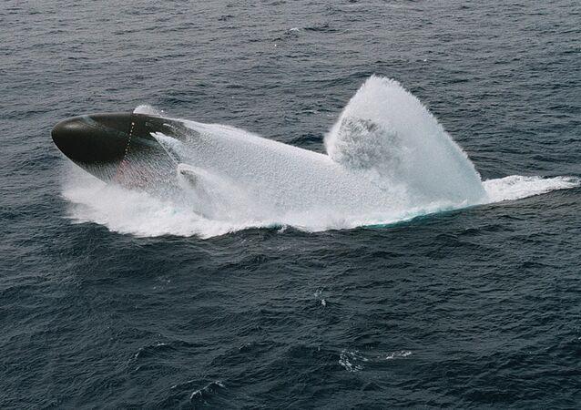 El submarino USS Columbus realiza una emersión de emergencia en las costas de Hawái, 4 de junio de 1998