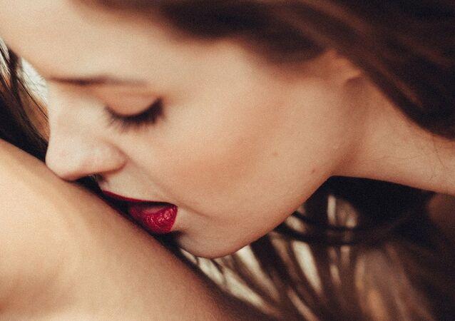 Una mujer besa a un hombre