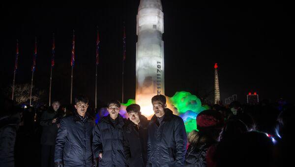Una enorme escultura de hielo inspirada en el misil balístico intercontinental norcoreano Hwasong-15, Pyongyang, Corea del Norte, enero de 2018 - Sputnik Mundo