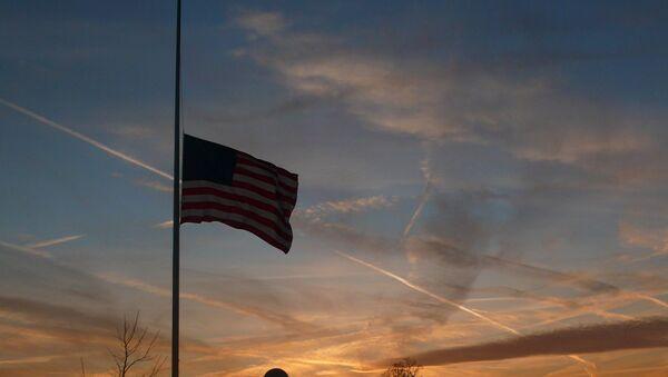 Bandera de EEUU izada a media asta - Sputnik Mundo